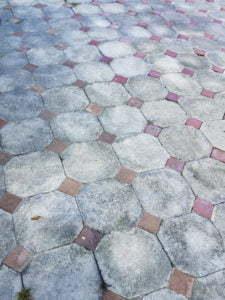 Peter Englander Betongplattor och tegel i mosaik.