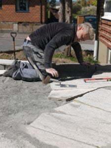 Peter Englander Läggning av ölandskalksten, oregelbunden, grovhyvlad.