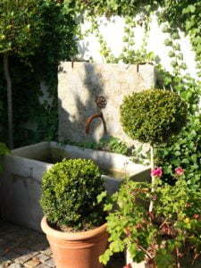 Peter Englander Sommarvatten kopplat till hemmagjord kran. Kar i betong, bakstycke kalksten.