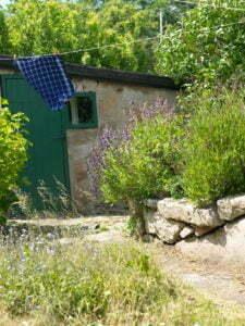 Peter Englander Odlingsbädd av staplad natursten