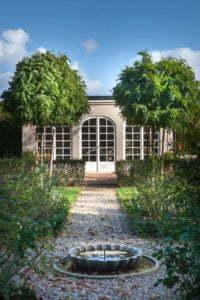 """Peter Englander Orangeri modell """"Arco"""", klotrobinior och fontän."""