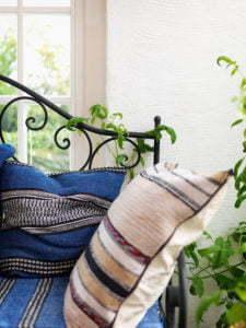 Peter Englander Smidessoffa med blåa textilier.