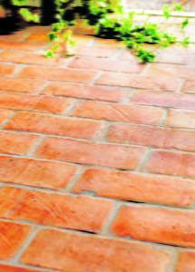 Peter Englander Handslaget golvtegel i fix och fog på gjuten platta.