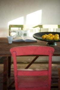 Peter Englander Stol i körsbärspastell, citroner och handgjort teakbord.