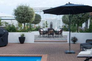 Peter Englander Pool, terrasser, upphöjda bäddar och ett orangeri.