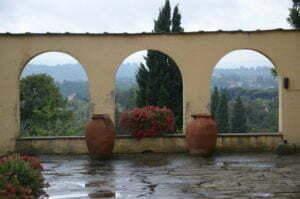 Peter Englander Vacker arkadmur och regnvåt kalkstensterrass.