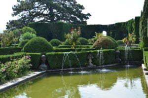 Peter Englander Villa Gamberaia. Vattenparterren omgiven av formklippta cypresser. Ett annat år.